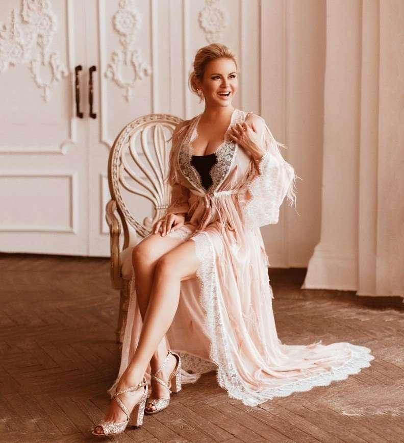 Варю кофе, наливаю ванну: Анна Семенович рассказала про свое утро