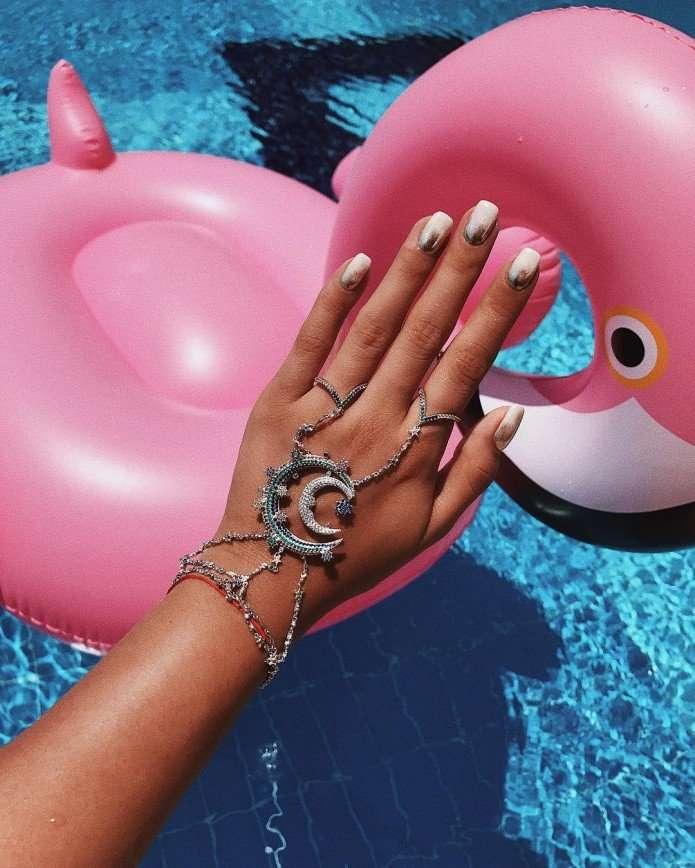 Ирина Горбачева пародирует гламурных барышень на надувном фламинго