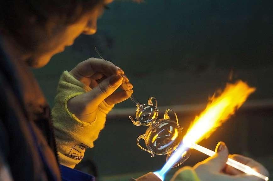Как производят стеклянные елочные игрушки в России