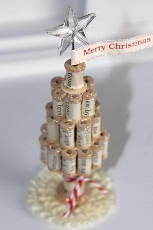 Миниатюрная новогодняя елка из катушек