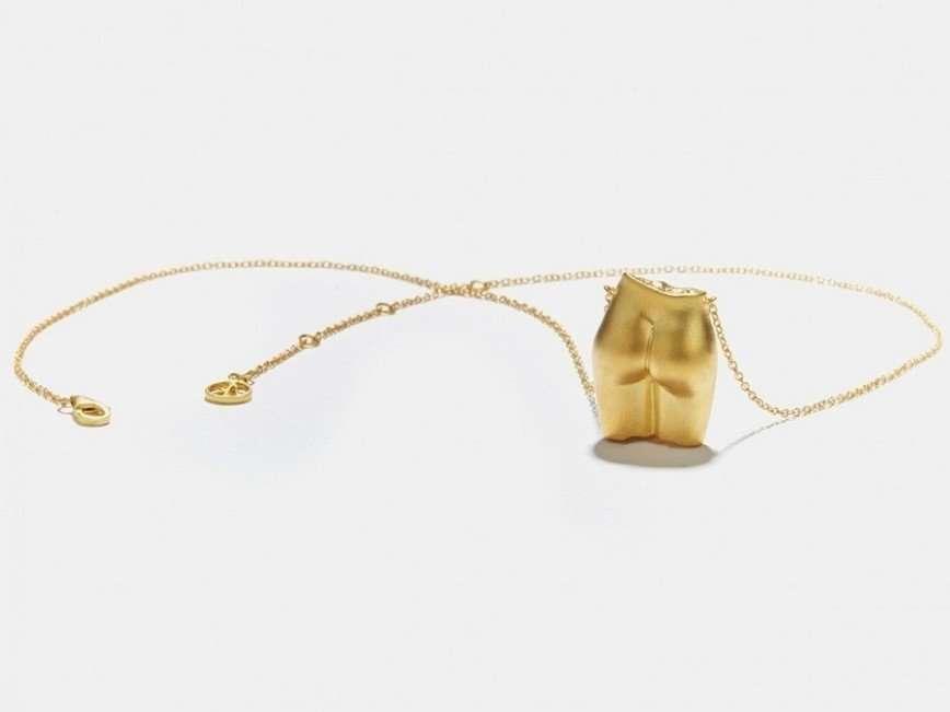 Гвинет Пэлтроу предлагает подвески в виде женской груди и ягодиц